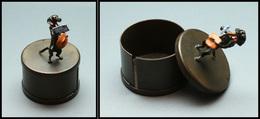 """Distributeur De Roulettes En Bronze De Vienne """"Chien Facteur"""" En Décor, Marqué """"Heirloom Edition USA"""", Diam.50mm, H.80mm - Stamp Boxes"""