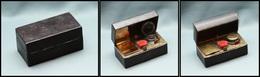 Encrier De Voyage En Laiton, Gainé Cuir, Avec Brosse Pour Les Plumes Et Comp. Timbres, Avec Couvercle, 75x 40x35mm. - TB - Stamp Boxes