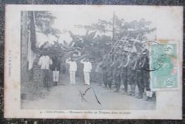 Cote D'ivoire Honneurs Rendus Au Drapeau Dans Un Poste Militaria   Cpa Timbrée  Afrique Noire - Côte-d'Ivoire