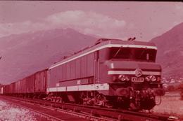 Photo Diapo Diapositive Train Sud Est Loco SNCF CC 6539 Type Maurienne Train Marchandises Chambéry Modane VOIR ZOOM - Diapositives