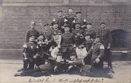 AK Foto Gruppe Deutsche Soldaten Mit Bierkrügen - Feldpost Berlin 1914 (38695) - Guerra 1914-18