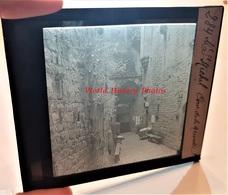 Photo Sur Plaque De Verre Début XXe - LE MONT SAINT MICHEL - Cour De La Merveille - Manche Normandie Cartes Postales - Plaques De Verre