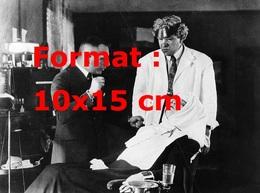 Reproduction D'une Photographie Ancienne D'un Homme Parlant à Une Femme Assise Sur La Chaise D'un Dentiste En 1923 - Reproductions