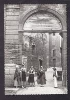 CPSM 84 - MALEMORT-DU-COMTAT - Ses Fontaines , Ses Portes Anciennes - TB ANIMATION Personnages Costume Folklorique - Other Municipalities