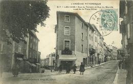 07 - Les Vans - (Ardèche) - Rue Du Temple Et Rue Du Marché Vues De La Place Ollier - Les Vans