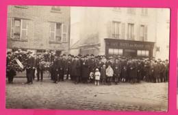 CARTE PHOTO (Réf Z 1054) VILLIERS LE BEL (95 VAL D'OISE) Manifestation Devant LE CAFÉ HÔTEL DE LA MAIRIE (très Animée) - Villiers Le Bel
