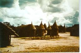 CP Angola.  Celeiros Numa Aldeia Dos Arredores De Maquela Do Zombo - Angola