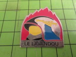 911B Pin's Pins / Rare & De Belle Qualité : THEME POMPIERS / LE LAVANDOU CASQUE F1 CANADAIR BOMBARDIER D'EAU - Firemen