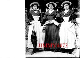 Groupe De Trois Jolies Jeunes Filles En Costume Local, à Identifier  - Grande Plaque De Verre - Taille 128 X 178 Mlls - Plaques De Verre