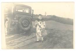 Cpa Carte-photo Automobile - Enfant Déguisé En Pierrot, Avec Guitare Ou Mandoline, Immat. PF ( Rhône ) ( AU ) - Voitures De Tourisme