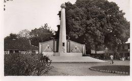 GUINEE CONAKRY MONUMENT AUX MORTS ANIMEE CARTE PHOTO DENTELEE - Guinée Française