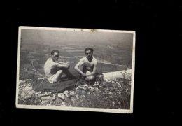 PETITE PHOTO DE 2 MILITAIRES SOLDATS DANS UN DÉPÔT D EXPLOSIFS PRES DE GRENOBLE EN MAI 1944 - Guerre, Militaire