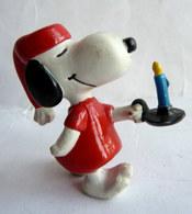 FIGURINE SCHLEICH SNOOPY EN CHEMISE DE NUIT AVEC UN BOUGEOIR PEANUTS - Snoopy