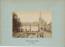 SAINT ANNE D'AURAY, La Fontaine -  Photo Contrecollée Sur Carton Fort - Photos