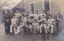 AK Foto Deutsche Soldaten - Stube 82 - Säbel Stiefel Brot Pfeife Pickelhaube - Humor - 1. WK (38706) - Guerra 1914-18