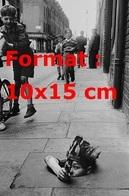 Reproduction D'une Photographie Ancienne D'un Garçon Avec Une Coiffe D'indien Sortant D'un égout D'une Rue En 1953 - Reproductions