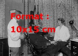 Reproduction Photographie Ancienne D'un Dentiste Et Son Assistante Faisant Un Radio De La Bouche D'un Patient Moustachu - Reproductions