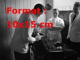 Reproduction D'une Photographie Ancienne De Trois Dentistes Avec Un Patient En 1939 - Reproductions
