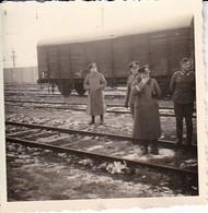 Foto Gruppe Deutsche Soldaten Auf Bahngleisen - Bahnwaggon - 2. WK - 6,5*6,5cm (38725) - Guerre, Militaire