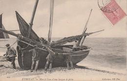 76 - ETRETAT - Mise à L' Eau D' Une Barque De Pêche - Etretat