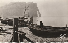 76 - ETRETAT - Barques De Pêcheurs Et Falaise D' Aval - Etretat