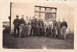 Foto Gruppe Junge Deutsche Soldaten - 2. WK - 8,5*5,5cm (38729) - Krieg, Militär