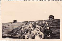 Foto Gruppe Deutsche Soldaten - Trupp 4 Auf Dem Dach Des Kartoffelkellers - 2. WK - 8*5cm (38733) - Guerre, Militaire