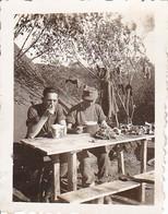 Foto Deutsche Soldaten Beim Essen Im Feld - Essgeschirr Zelt - 2. WK - 5*4cm (38738) - Guerre, Militaire