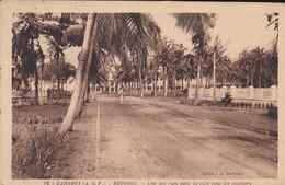 DAHOMEY---RARE--KOTONOU--une Des Rues Dans La Ville Sous Les Cocotiers---voir 2 Scans - Dahomey