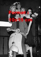 Reproduction D'une Photographie Ancienne De Jean-Pierre Beltoise Sur Un Scooter Vespa 50S Entouré De 4 Femmes 1964 - Reproductions