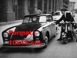 Reproduction D'une Photographie Ancienne D'un Homme Sur Un Scooter Vespa Touchant Une Grosse Voiture En 1935 - Reproductions