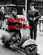 Reproduction D'une Photographie Ancienne De Gene Vincent Sur Un Scooter Vespa En 1971 - Reproductions