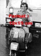 Reproduction D'une Photographie Ancienne Du Pilote Alain Prost Sur Une Scooter Vespa En 1985 - Reproductions