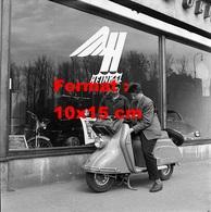 Reproduction D'une Photographie Ancienne D'un Jeune Mécanicien Avec Le Jeune Propriétaire D'un Vespa En 1955 - Reproductions
