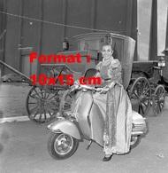 Reproduction D'une Photographie Ancienne De L'actrice Italienne Anna Maria Ferrero Sur Un Scooter Vespa En 1955 - Reproductions