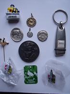 UN LOT DE MEDAILLES - PIN'S - FEVE ET DIVERS - Other Collections