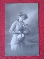TARJETA POSTAL CARTE POSTALE POST CARD MUJER CON WOMAN WITH RABBIT LAPIN LIÈVRE HARE HASE LIEBRE CONEJO..RABBITS CONEJOS - Animales