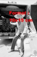 """Reproduction D'une Photographie Ancienne De L'acteur Larry Hagman """"J.R Dans Dallas"""" Assis Sur Un Scooter Vespa - Reproductions"""