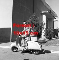 Reproduction D'une Photographie Ancienne De L'acteur Rossano Brazzi Sur Un Scooter Vespa En 1957 - Reproductions