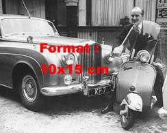 Reproduction D'une Photographie Ancienne D'un Homme En Costume Sur Un Scooter Vespa Devant Une Bentley En 1956 - Reproductions