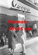 Reproduction D'une Photographie Ancienne De Anthony Perkins Signant Un Autographe Devant Une Boutique Vespa - Reproductions