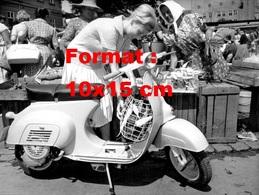Reproduction D'une Photographie Ancienne D'une Jeune Femme Au Marché Chargeant Son Sac Sur Son Scooter Vespa En 1964 - Reproductions