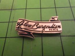1418A Pin's Pins / Beau Et Rare / THEME MARQUES / BANDEROLE BANNIERE  ALEX BARGOUDIAN PARIS - Trademarks