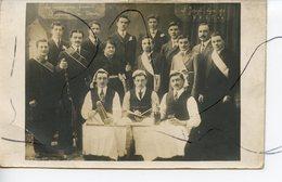 CARTE PHOTO IDENTIFIEE. CPA . SAINT-JOSEPH LYON 1913. U. V. G. T. Les Compagnons Charpentiers Du Devoir - Photographie