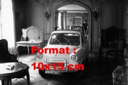 Reproduction D'une Photographie Ancienne D'une Vespa 400 Dans Le Salon De L'Hôtel Lion D'or En 1958 - Reproductions