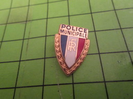 1418A Pin's Pins / Beau Et Rare / THEME POLICE : POLICE MUNICIPALE REPUBLIQUE FRANCAISE Circulez Madame Y'a Rien à Voir - Police