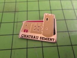 1418c Pin's Pins / Beau Et Rare / THEME VILLES : CHATEAU SEMENT - Cities