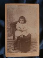 Photo Format Cabinet Viron à Lourdes - Jeune Enfant Tenant Un Porte Monnaie Circa 1890 L414 - Photos