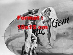 Reproduction D'une Photographie Ancienne D'un Militaire Peignant Une Pin-up Little Gem Sur Le Fuselage D'un B-29 - Reproductions