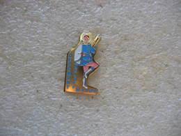Pin's Des Majorettes De La Commune D'OFFEMONT (Dépt 90). Twirling - Badges